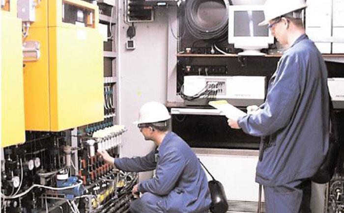 仪表工在现场进行仪表维修-http://yunrun.com.cn/tech/1194.html
